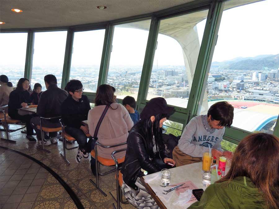 展望台からの景色をゆっくり眺め、写真を撮ったり、レトロな純喫茶のメニューを堪能するお客