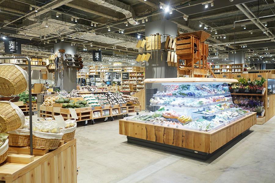 野菜や果物など生鮮食品が並び、まるでスーパーマーケットのよう