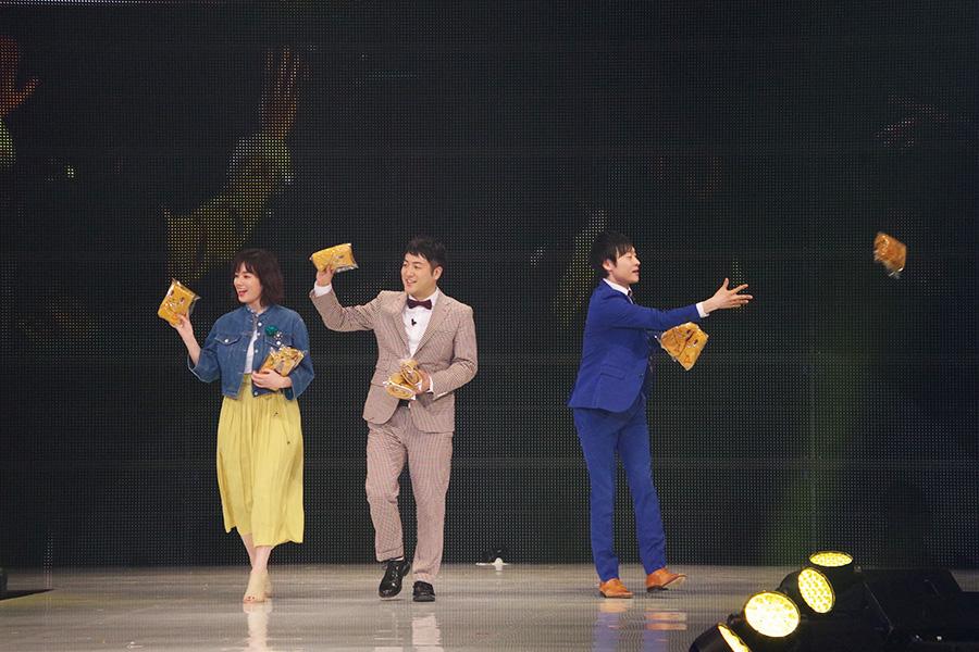筧美和子と和牛(左から水田信二、川西賢太郎)がランウェイに登場