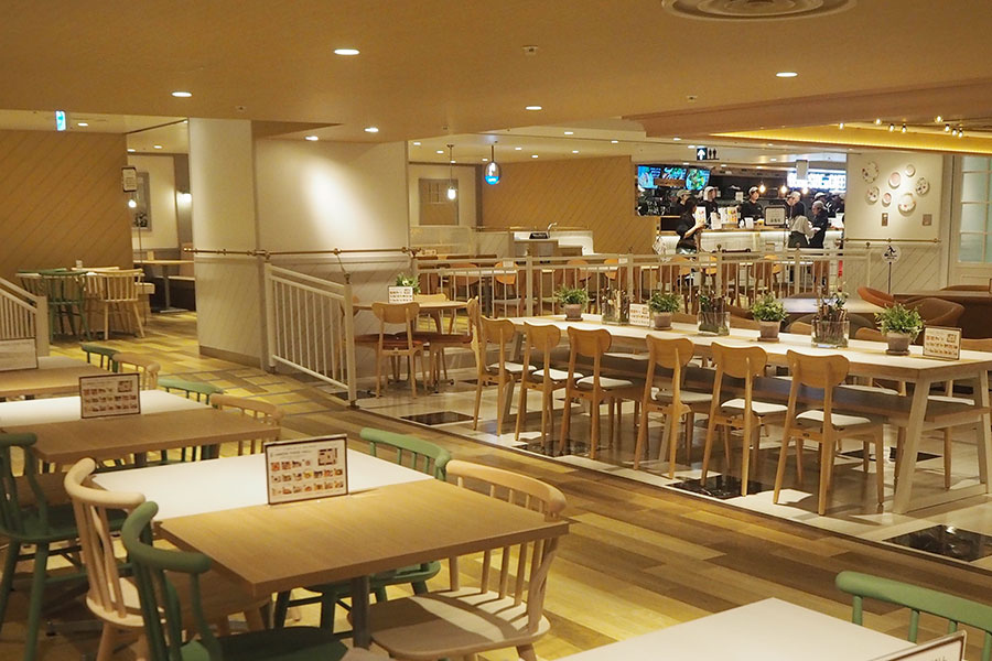 団体でも座れる大きなテーブル席などもあり、広々とした空間に