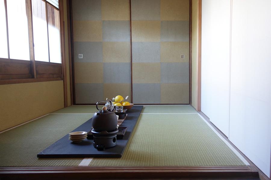 襖や土壁など空間は和ながら、しつらえは台湾スタイルに。取り合わせの妙を感じる茶席
