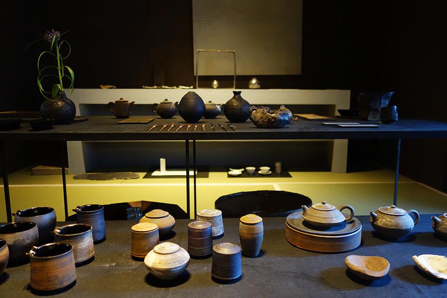 4月26日まで開催中の『茶道具展示會』。今回の企画のために、作家が手掛けたものが並ぶ