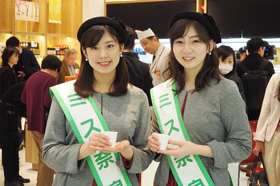 オープニングセレモニーでお酒を振る舞うミス奈良の中岡眞子さん(左)、伊藤光沙さん(14日・奈良市内)