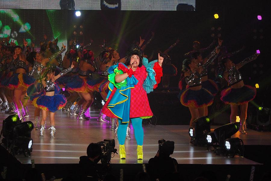 「ちょーしのっちゃって」をダンスに取り入れ、オープニングステージを盛り上げたゆりやんレトリィバァ(21日、大阪市内)