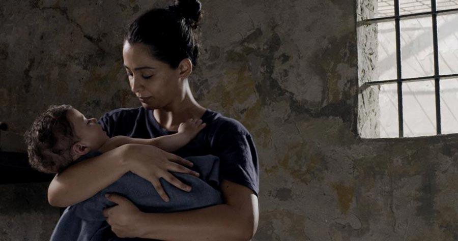 パレスチナ女性ラヤルが8年(約3000日)の刑期を言い渡され、刑務所内で出産する『ラヤルの三千夜』(日本語字幕)