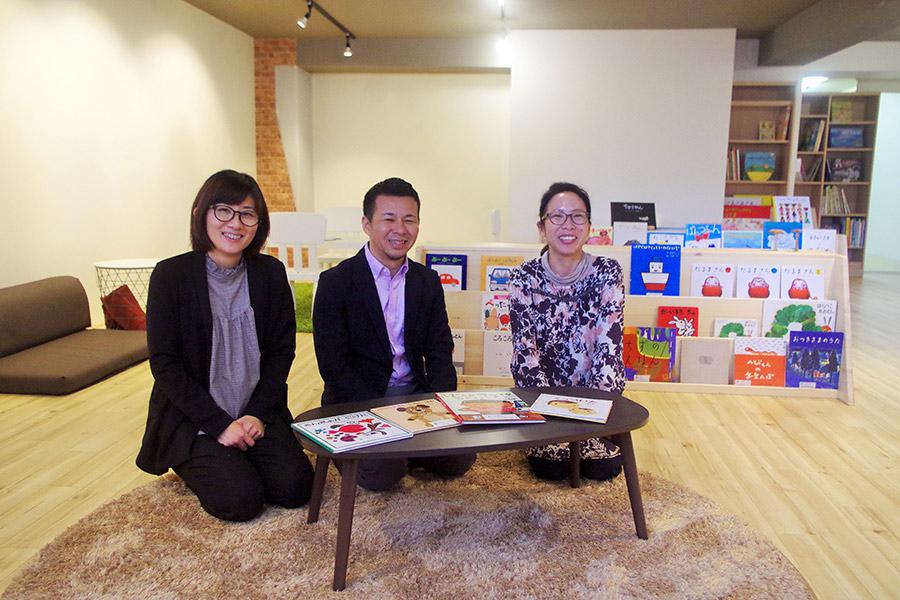 左から、図書館スタッフの西村さん、代表の和泉誠さん、図書館スタッフ松井さん。西村さんと松井さんも子育てママだ(26日・大阪市内)