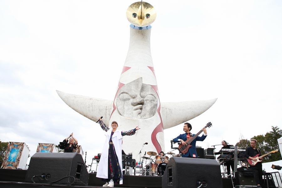 「万博公園の太陽の塔 ひさびさ見たいなぁ!」という一節がある「大阪LOVER」も披露