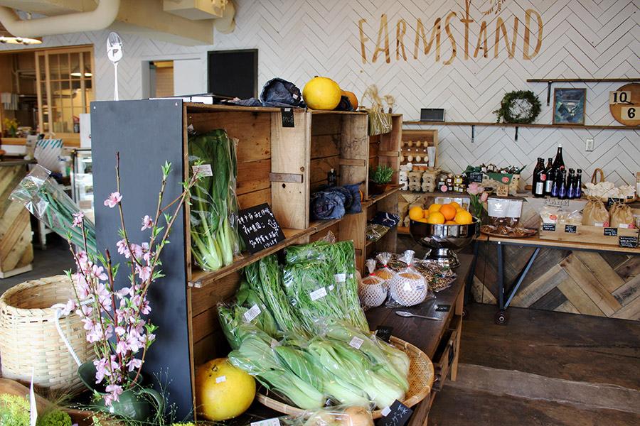 店内には、定番から珍しい野菜までずらり。共通点は旬であること。マイバッグ持参で