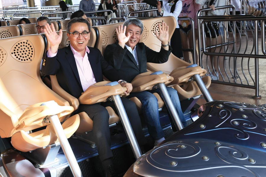 「ハリウッド・ドリーム・ザ・ライド」に乗り込んだ代表取締役社長の松田洋祐氏(左)と取締役兼執行役員の橋本真司氏
