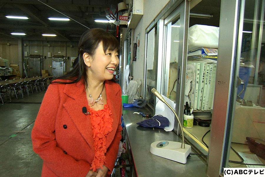 琵琶湖に浮かぶ沖島の住人とコミュニケーションをとるため、大胆な作戦に出るかたせ梨乃