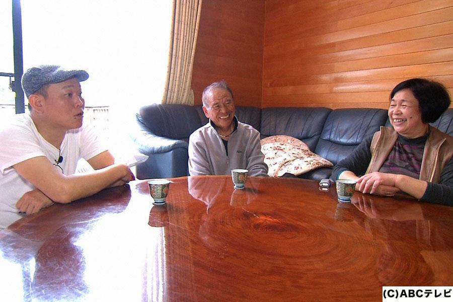 南九州市ののどかな町、頴娃町の住人と交流する千原せいじ(左)