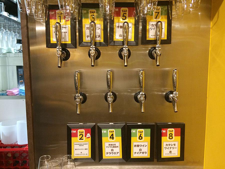 生ビールのようにタップから注ぐワインは常時8種類、580円〜。ワインの種類は時期により変わる