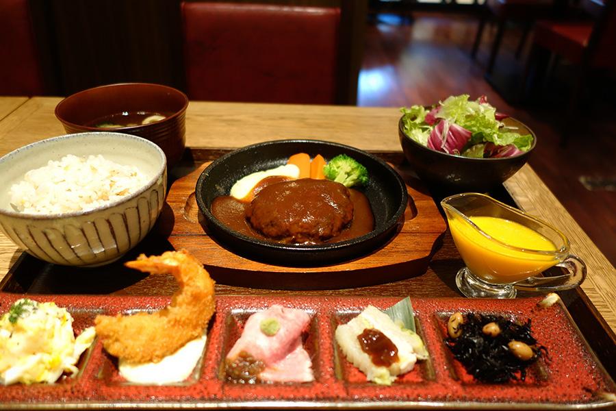 メインが選べる洋食膳、写真はあらびきハンバーグ1980円。ごはんも白米か五穀米から選べる