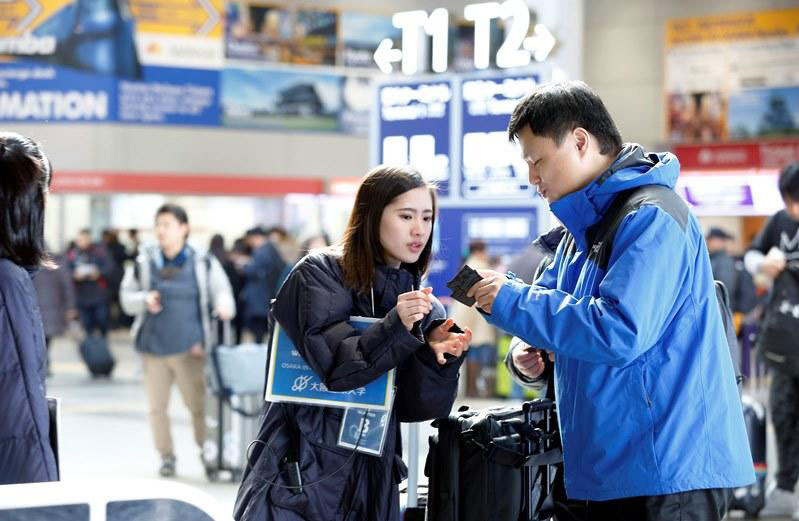 外国人観光客のサポートをする学生