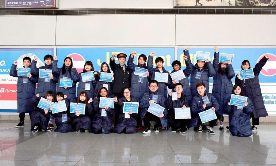 外国人観光客のサポートをするボランティアに過去参加した学生ら