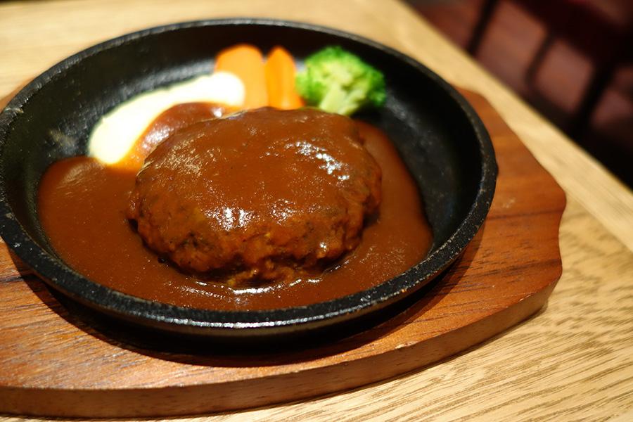 「洋食膳」の場合、副菜がつくためメインはややこぶりに(写真)。大きめサイズの単品なら1380円