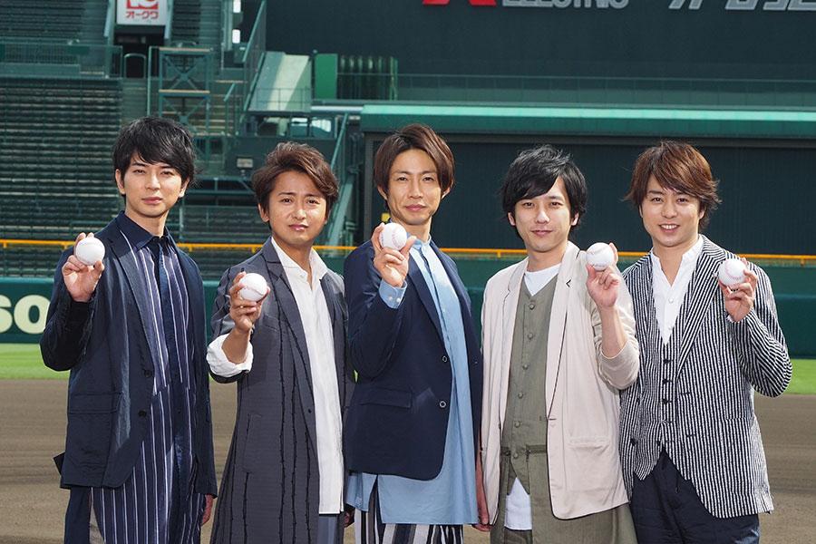 「甲子園球場」に登場した嵐(26日、左から松本潤、大野智、相葉雅紀、二宮和也、櫻井翔)
