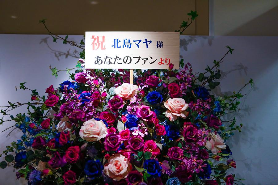 憧れの紫のバラの花の演出も