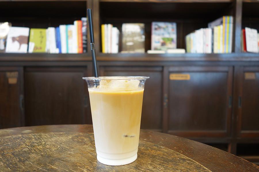 「TRAVELING COFFEE」のカフェオレ400円。京都醸造所クラフトビール700円〜も楽しめる