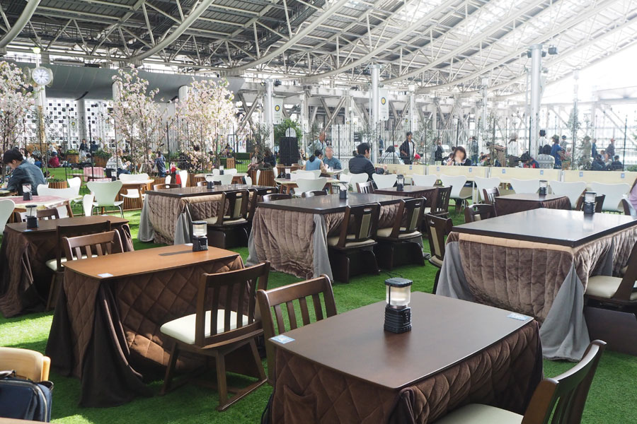全国14カ所で開催されるコナンカフェのなかでも「梅田店」は天井が高く解放的。こたつが付いた席があるので夜もあったかく、カウンター席は1人客にうれしい