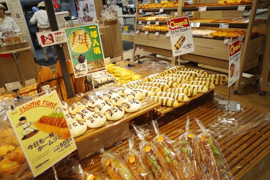 地下のスーパーにあるパンコーナーにはタイガース仕様のオリジナルパンもスタンバイ