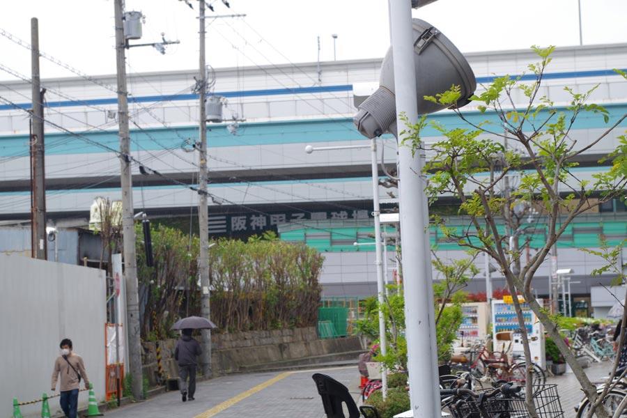 「コロワ甲子園」の店頭から目の前に見える「阪神甲子園球場」