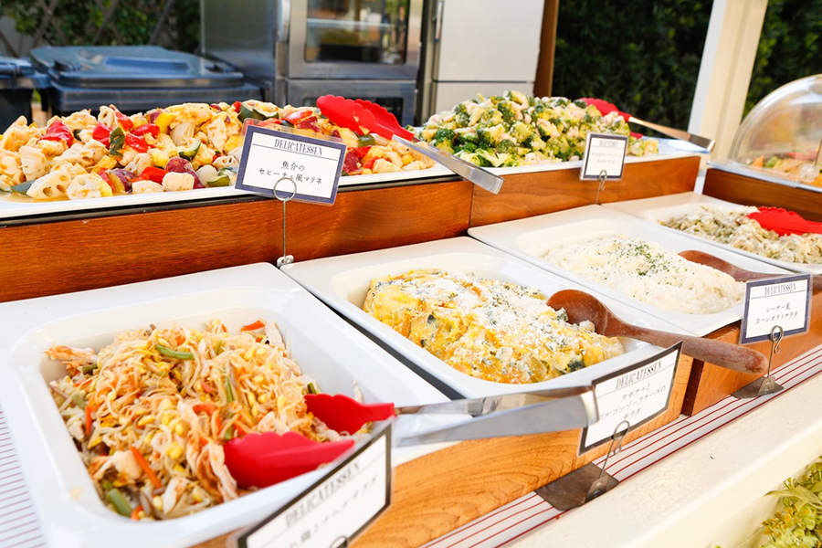 魚介のセビーチェ風マリネ、スモークチキンのカルボナーラ風サラダなど女性好みのデリも並ぶ