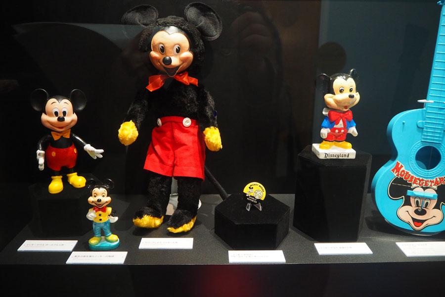 今年、スクリーンデビュー90周年を迎えるミッキーマウスにまつわるアートやグッズから、ミッキーの進化がうかがえる