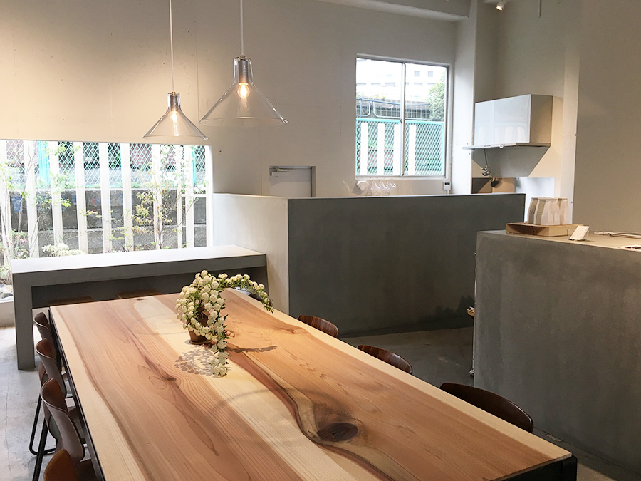 吉野杉を使ったテーブルを配したカフェ「mikuri」