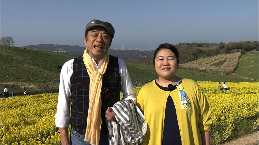 春の淡路島を旅した渡辺正行(左)と枝元萌