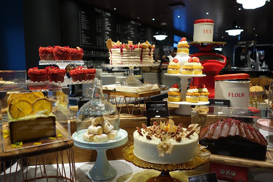 スポンジケーキの間にジャムを挟んだイギリスの伝統的なヴィクトリアサンドウィッチケーキをアレンジしたカップケーキなどが並ぶ