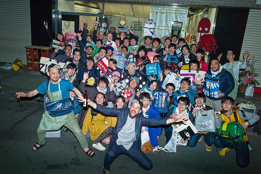 ダニエルと、オープン前から待ち望んでいたファン。「大阪の人はとっても社交的で、とっつきやすかった! 歓迎されてることが伝わってうれしかったよ」