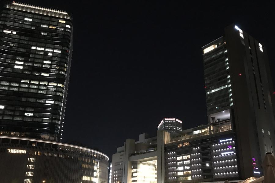 左が「グランフロント大阪」の南館、右に見えるのがJR大阪駅なのでアクセス抜群