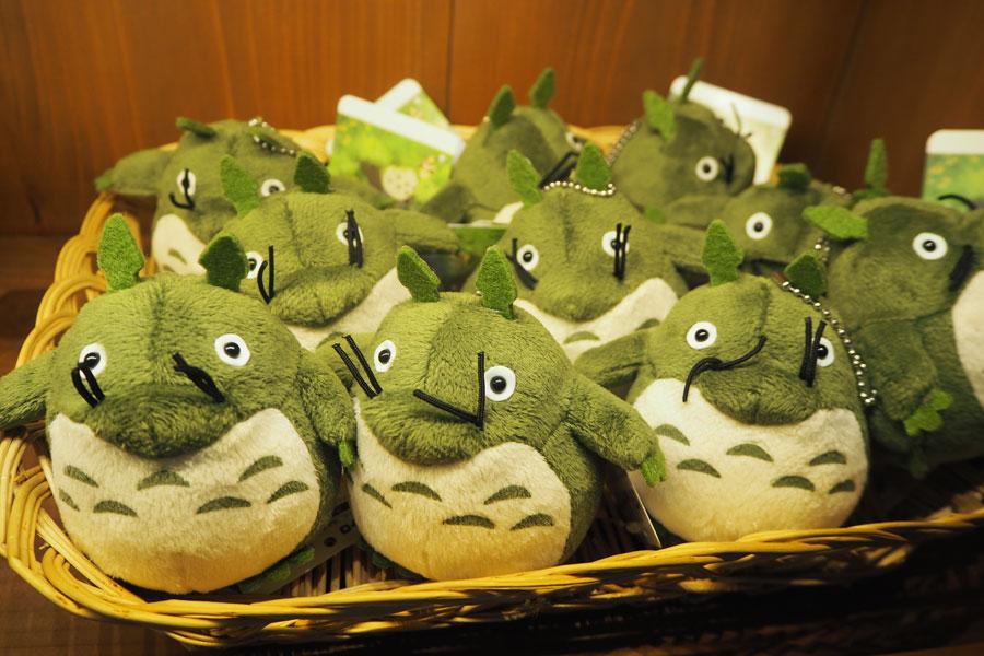 はじめて作られたトトロの「みみずくマスコット」が復刻版としてグッズに(1200円+税)。当時似てないからと関係者に配られたそう (C)Studio Ghibli