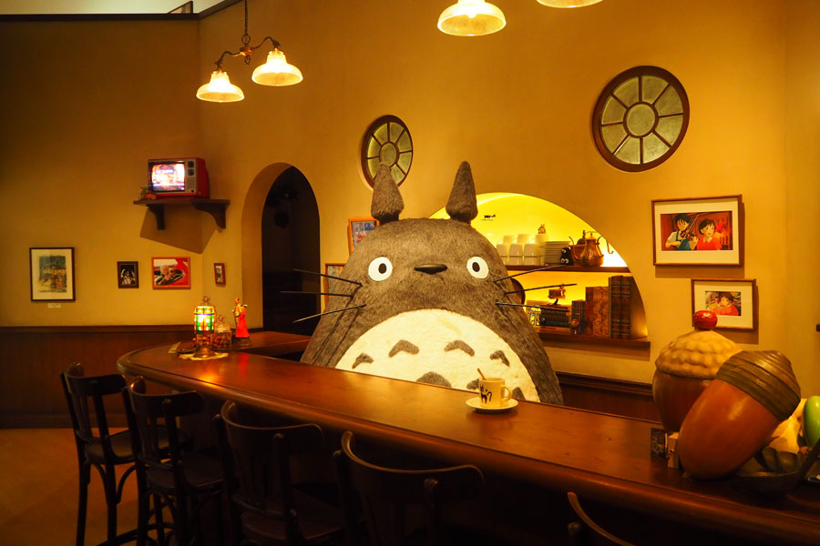 ごはんを食べたり打ち合わせをするという「スタジオジブリ」に実際にあるバーを再現 (C)Studio Ghibli