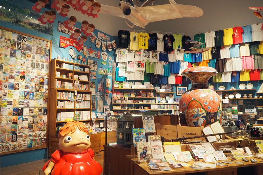 前売り券やパンフレット、卓上ディスプレイ、紙袋、大型スタンディなどが集められた宣材倉庫。関係者のみに配られたアイテムなど貴重なものばかり