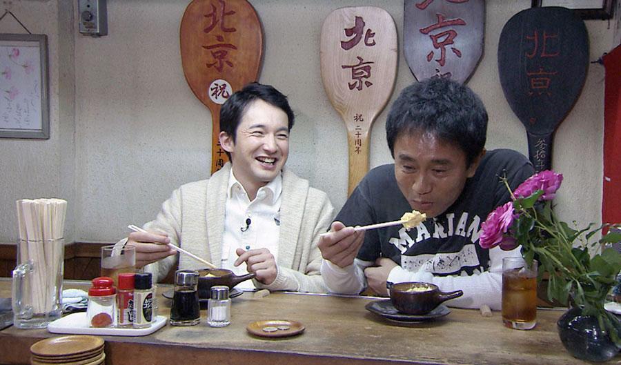 「新梅田食道街」にある創業67年の立ち飲み屋で桂枝雀の愛したメニューを食べる2人