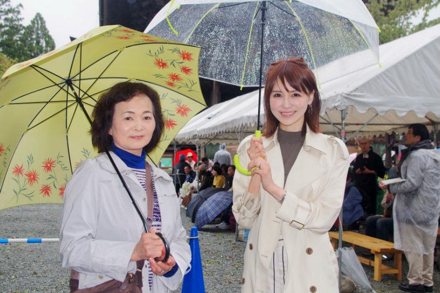 石田紗英子(右)と石田の母の2ショット。お母さんが吉野出身だそう(15日・吉野郡)