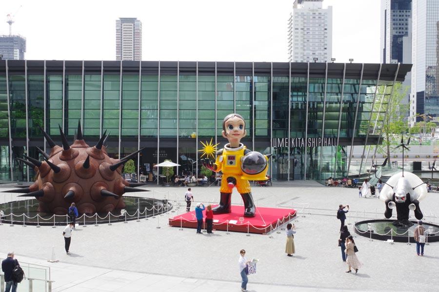 JR大阪駅北側の「うめきた広場」にはヤノベケンジの作品が3つ。左から「ウルトラー黒い太陽」「サン・チャイルド」「風神の塔 / Iitate Monster Tower」