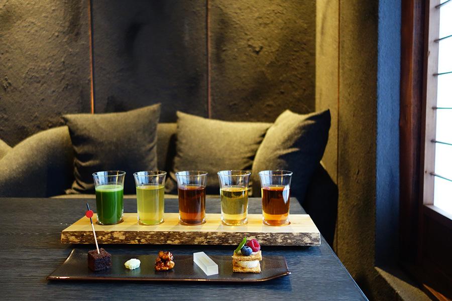 夏バージョンのお茶の飲み比べセット「茶詠み〜お茶五種飲み比べ」。それぞれに合うスイーツとセットに