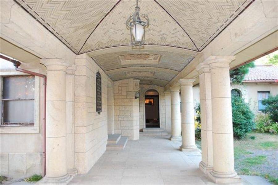 重厚ななかに繊細なデザインが取り込まれた「旧乾邸」の玄関アプローチ(神戸市内)