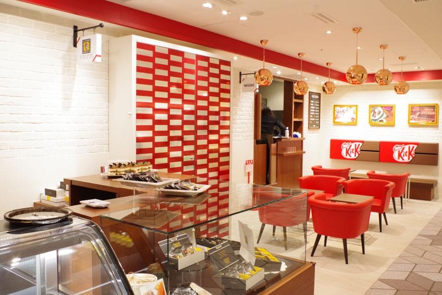 店舗に併設されたカフェで、搭乗までの空き時間などにゆっくり過ごせる