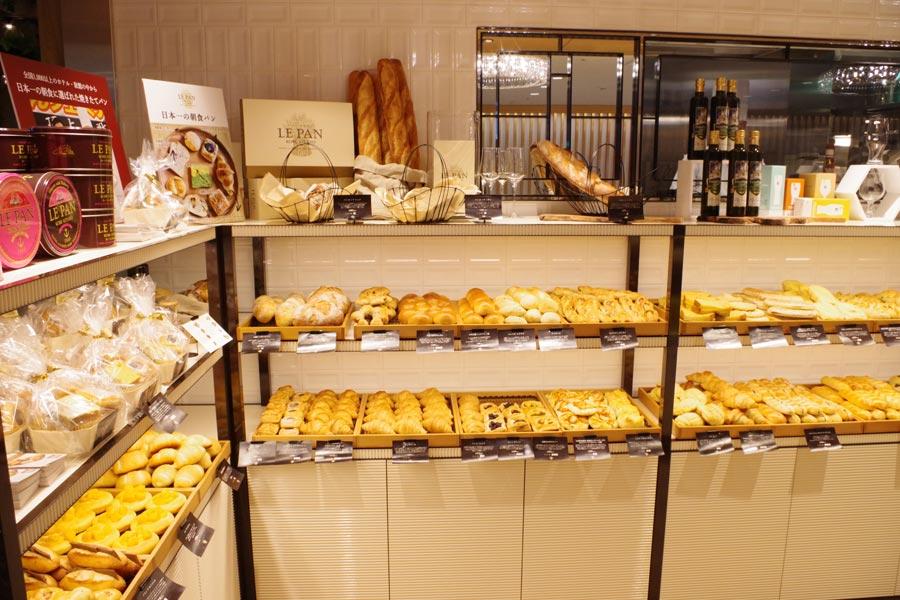 地元の野菜などを使ったパンや焼き菓子、ケーキも販売。イートインも可