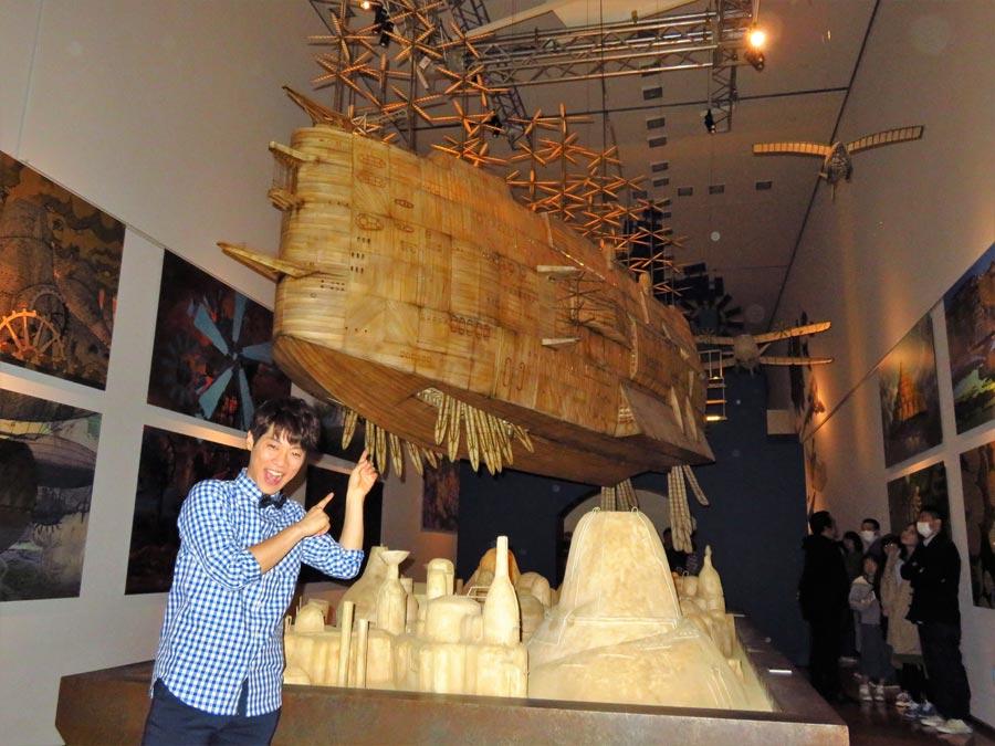 巨大な飛行船を前に喜ぶ横山だいすけ ©Studio Ghibli