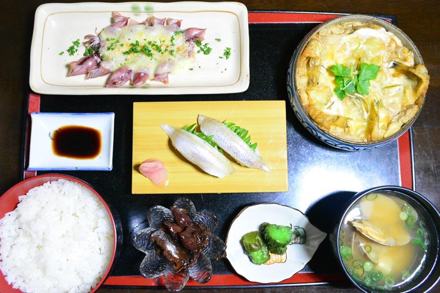 地元で愛される「美幸寿司」は、ハタハタの柳川風煮定食900円