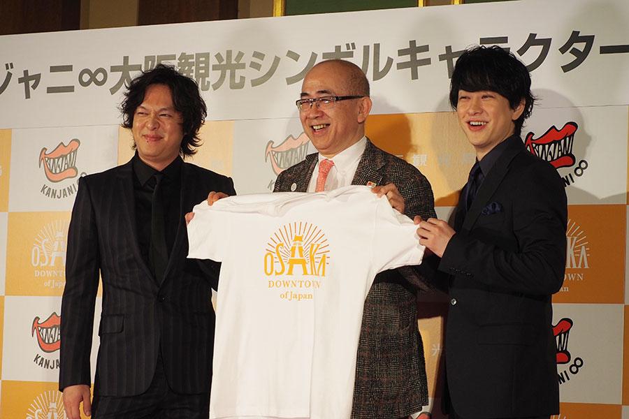 「大阪観光シンボルキャラクター」に就任した関ジャニ∞の丸山隆平(左)、横山裕(右)
