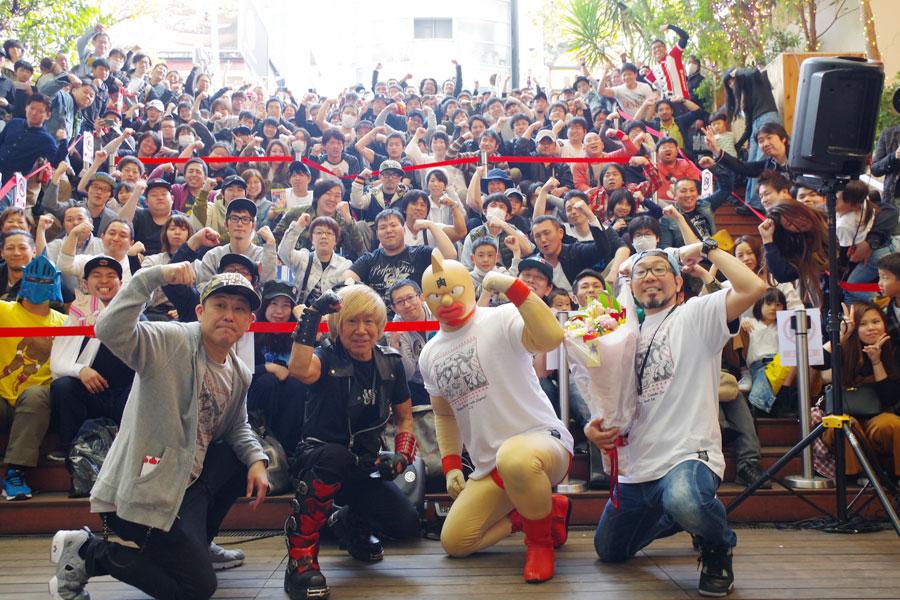 キン肉マンショップのオープンと記念イベントに大勢のファンが詰めかけた。前列は、串田(左から2人目)、CEO佐山さん(右)ら
