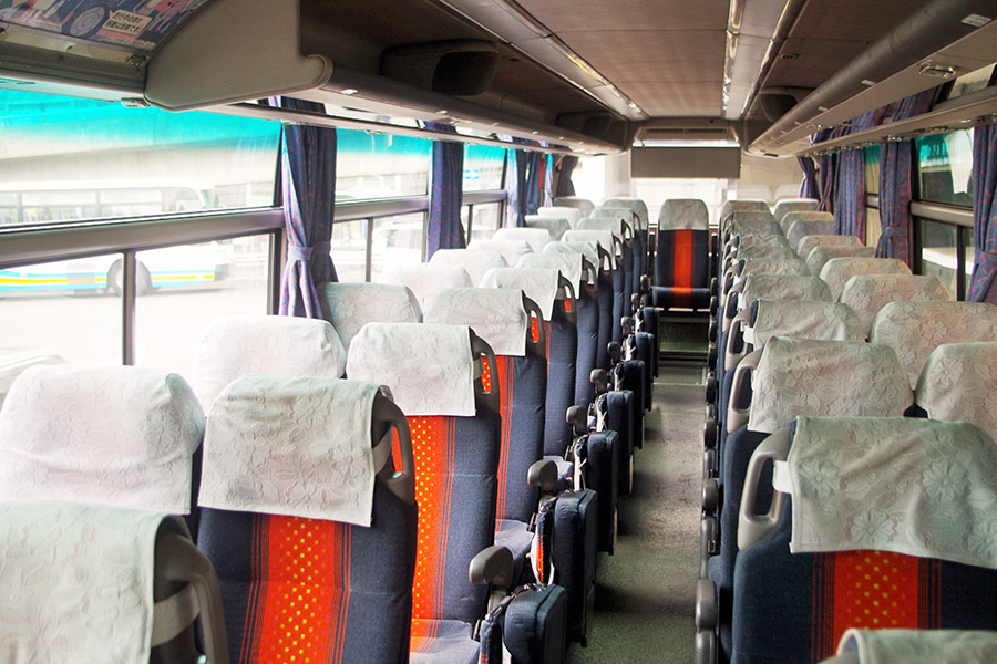 大きな荷物はトランクに預ければシートに座ってゆったり移動できる(定員は50人)