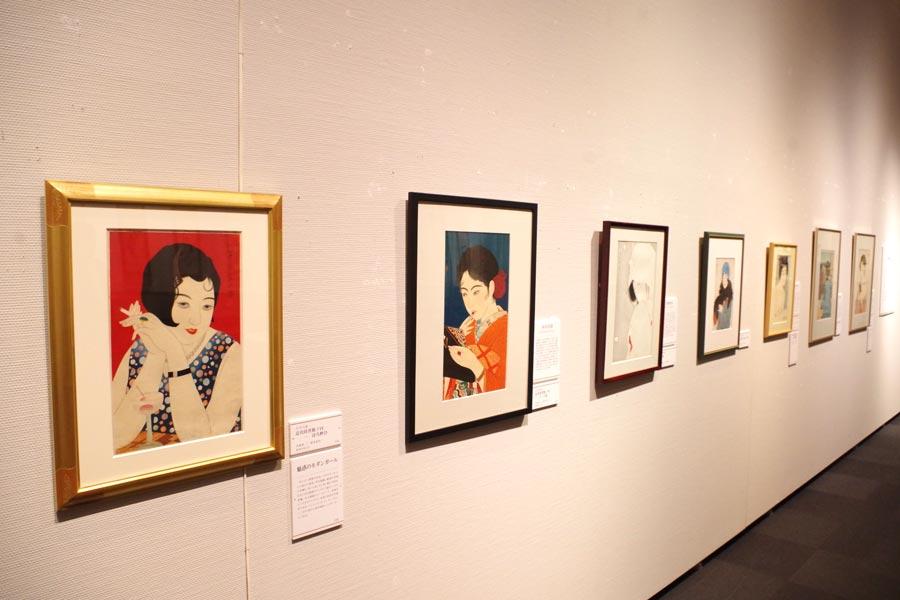 210点もの作品が展示。手前はポスターにもなっている小早川清の木版画「近代時世粧ノ内 一 ほろ酔ひ」