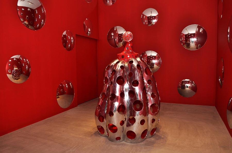「宇宙にとどけ、水玉かぼちゃ」(2010年 アルミニウム)草間彌生『十和田でうたう』展より(十和田市現代美術館・2010年)